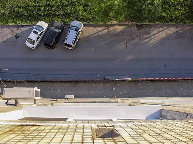 Мужчина выпал из окна дома на юге Москвы и разбился насмерть