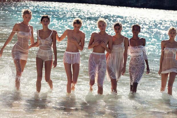 Богини сняли все и вышли на пляж