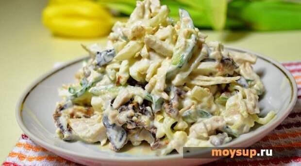 Салат с куриной грудкой, огурцом и орехами