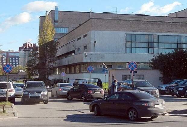 Обычная картина на въезде на территорию одной из больниц Санкт-Петербурга и проезде к приемному отделению: заставленный машинами проезд и закрытый шлагбаум.