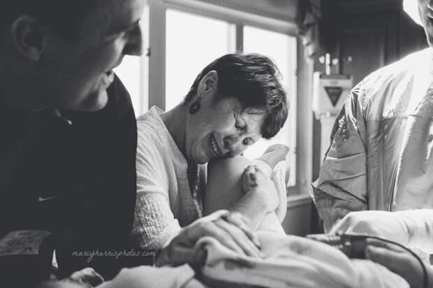 20 очень эмоциональных фотографий матерей, помогающих дочерям рожать