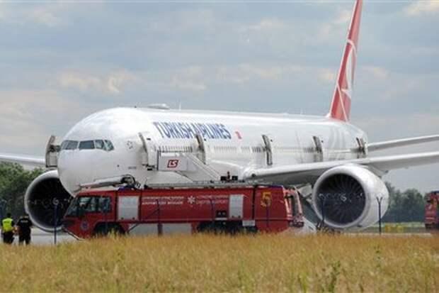 Опоздавшая на рейс британка повесилась на шнурках в аэропорту Стамбула