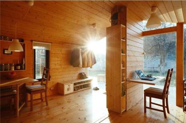 Кухня, совмещённая с прихожей в современном дачном домике