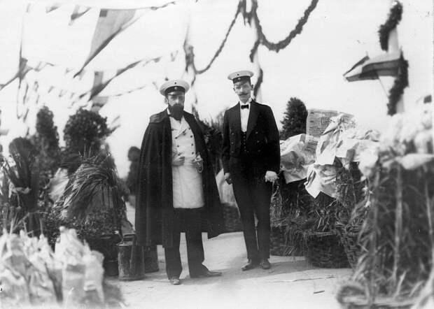 05. Два сотрудника германской военной миссии на плацу во время парада