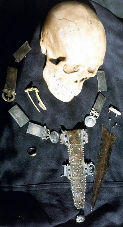 Череп, пояс и кинжал с ножнами, принадлежавшие солдату, найденному на дне колодца в Фельсене. - Медицинская карта римского солдата | Warspot.ru