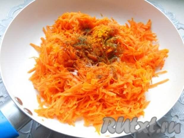 Также добавить к овощам порошок карри, соль, красный молотый перец, сухую зелень и мускатный орех.