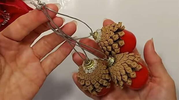 Просто возьмите сосновые шишки, чтобы сделать ёлочное украшение