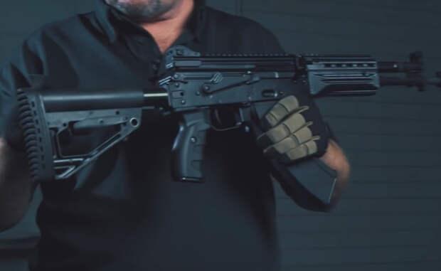 Приклад АК-400 выполнен не просто складным: боец сможет оперативно удлинить или укоротить его. Сложив приклад полностью, стрелок получит очень компактное оружие, пользоваться которым удобно и в машине, и в тесном помещении.
