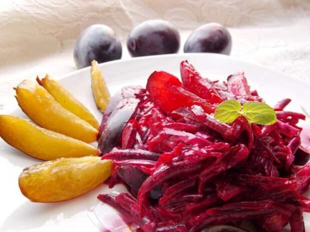 Сладкий салат со сливами и свёклой
