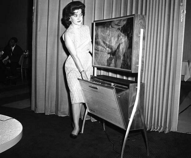 Тонкий экран телевизора (толщиной всего 4 дюйма) с устройством автоматического отсчёта времени для записи телепрограмм для последующего просмотра, Чикаго, штат Иллинойс, 21 июня 1961 года.