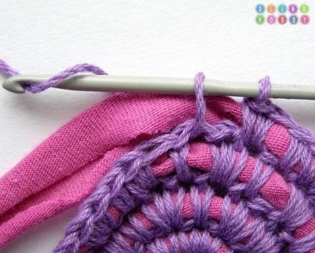 Продолжаем вязать круг, обвязывая ниткой полоски ткани
