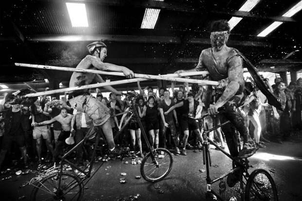Неординарная идеология, или рыцарские бои на велосипедах