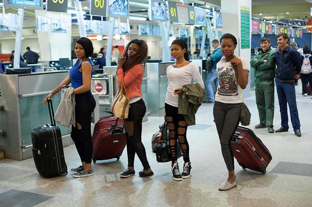 18. Последний раз фотограф встретилась с девочками в аэропорту, после чего их след пропал. Они не отвечают на сообщения, однако, судя по их записям в социальных сетях, все благополучно вернулись на родину.