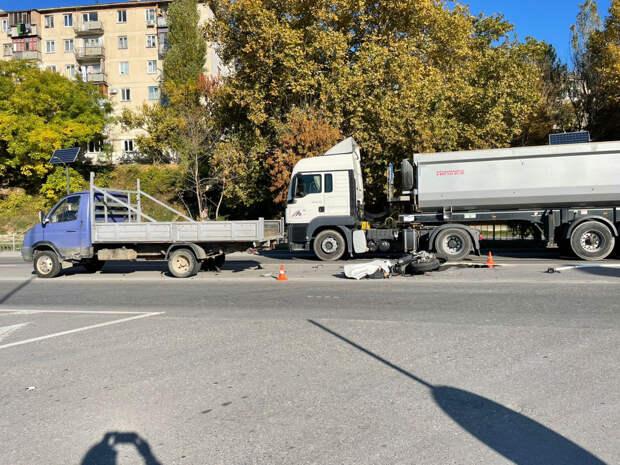 В Севастополе 22-летний мотоциклист врезался в грузовик и погиб