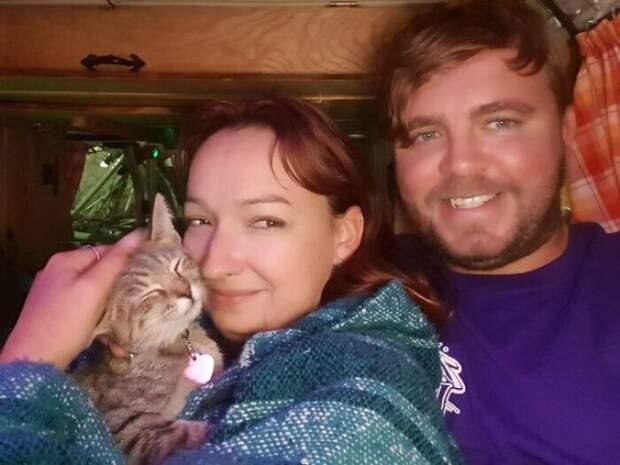 Пара задержалась в Мексике на год, потому что они не могли бросить спасенную кошку