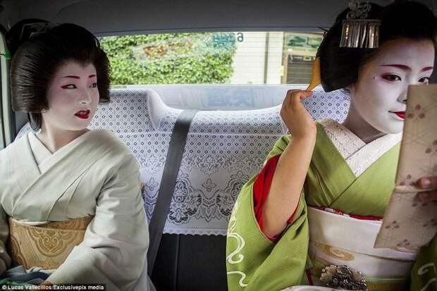 Майко (ученица гейши) смотрит на свою наставницу во время поездки на работу гейша, история, люди, япония
