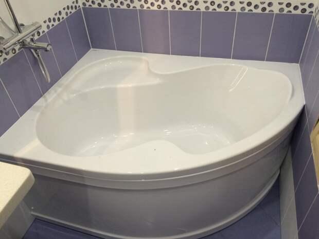 Угловая ванна в небольшой ванной комнате