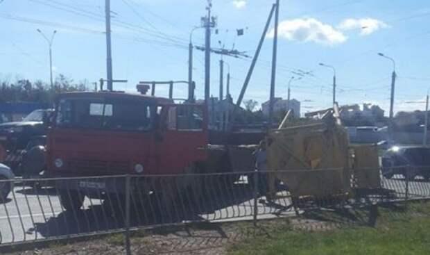 ДТП в Севастополе: на дорогу упал подъемный кран