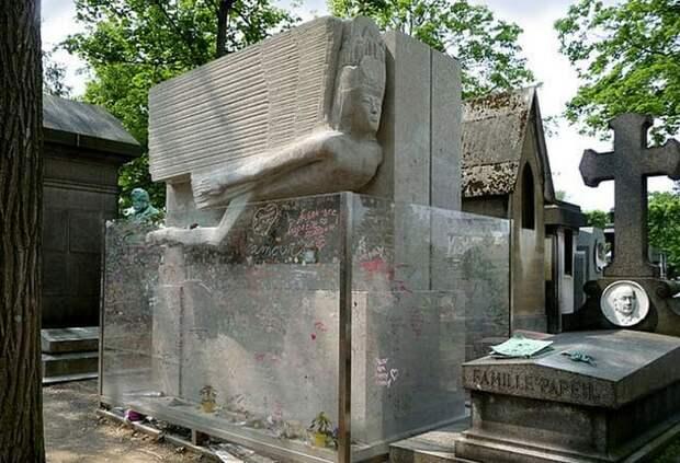 Оскар Уайльд и его могила поцелуев.