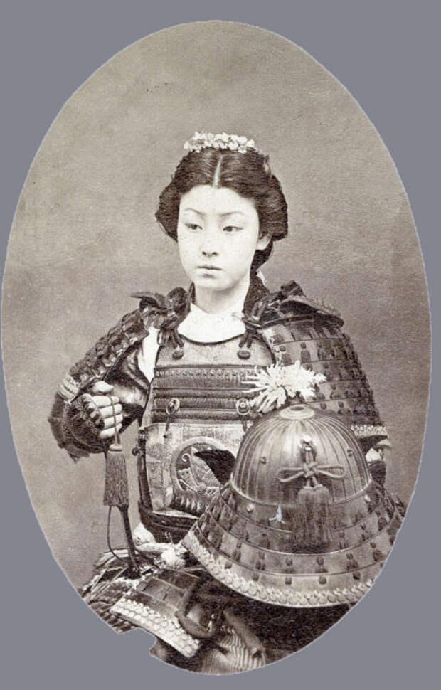 Женщина-воин с шлемом кабуто.