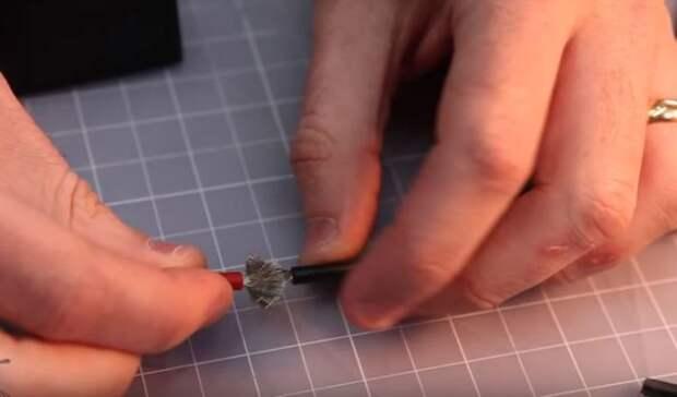 Зачищаем и совмещаем провода. /Фото: youtube.com.