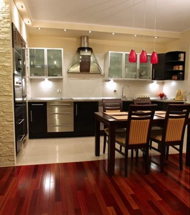 Комбинирование плитки и паркета на кухне