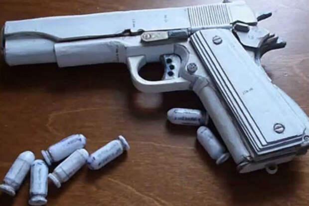 Пистолет из картона с перезарядкой