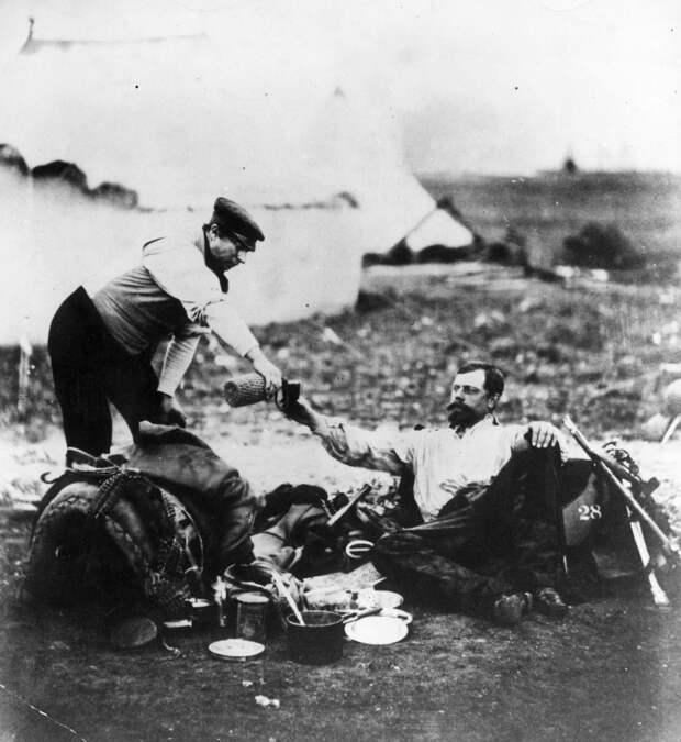 Полковник коалиции Холливелл за распитием напитков