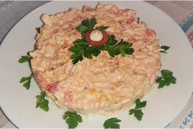 Прекрасный салат с куриным филе, сыром и помидорами