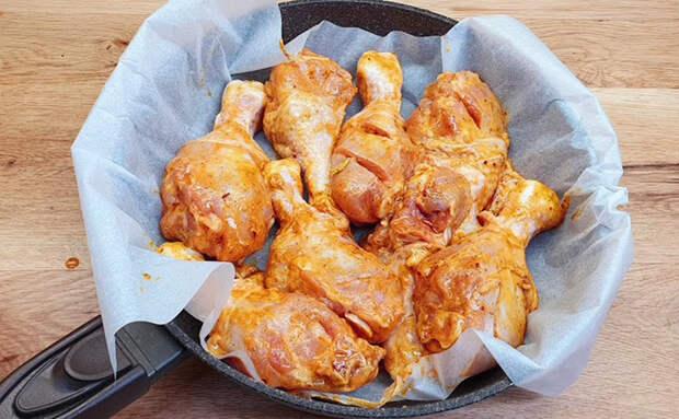 Жарим курицу на бумаге и добавляем маринадом вкус гриля