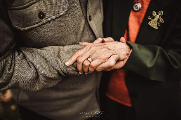 Он не выпускает ее рук из своих. Фото: Maegan Lutz.