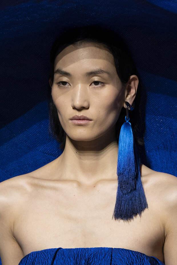 Сапоги-колготки в стразах, гротескные ремни и декор в 3D: детали показа Givenchy