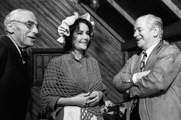 Режиссер Джордж Кьюкор (слева), актриса Элизабет Тейлор (в центре) и кинодраматург Алексей Каплер (справа) на съемках фильма «Синяя птица». 1975 год.