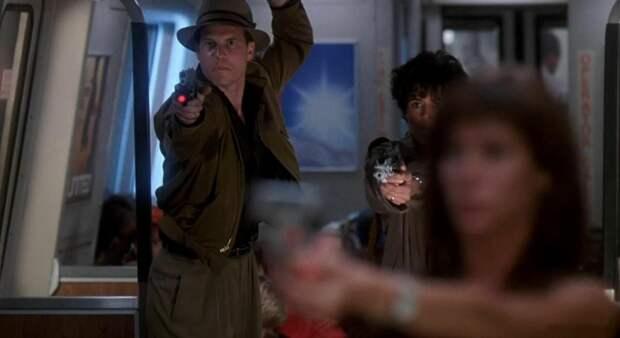 """Тери Вайгель не переднем плане. Кадр из фильма """"Хищник 2"""" (1990)"""