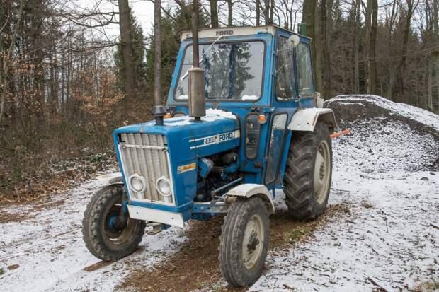 Мужчина в Удмуртии погиб под колесами трактора, который он ремонтировал