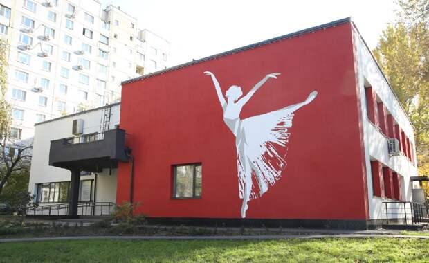 На здании балетной школы на Большой Марьинской появилась фигура балерины