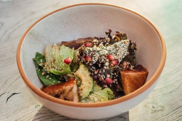 Теплый салат с тунцом и авокадо