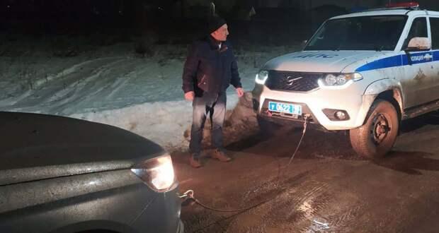 В Удмуртии сотрудники ДПС помогли водителю, застрявшему на своем авто на размытой дороге