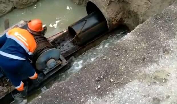 В центре Волгограда прохудился водопровод под скоростным трамваем