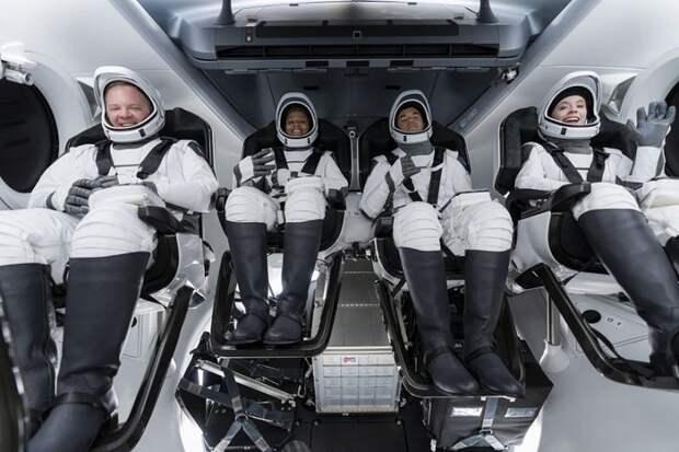 SpaceX впервые отправила туристов в космос