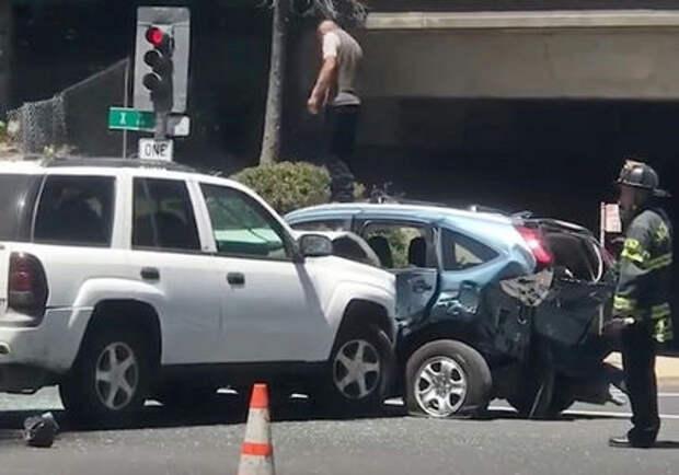 Безумие на дороге: водитель внедорожника таранит Хонду и топчет ее ногами