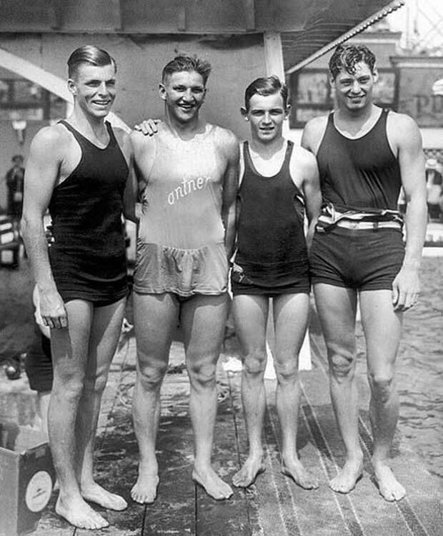 Лучшие американские пловцы перед Олимпиадой-1928 в Амстердаме. Бастер Крабе, Джордж Кояк, Рей Ради и Джонни Вайсмюллер. Wikimedia
