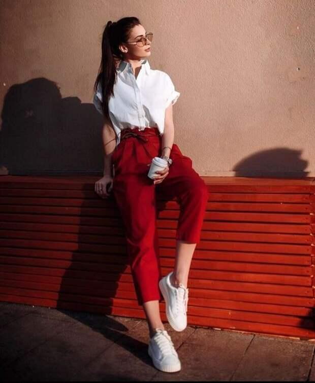 Стильные красные брюки и джинсы: модные образы 2019