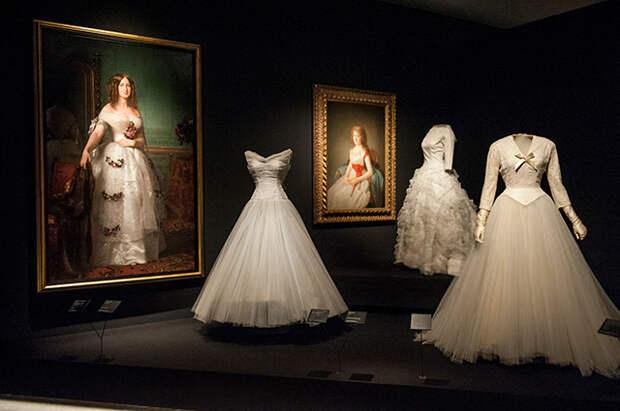 """Наряды, созданные Кристобалем Баленсиага, на выставке """"Balenciaga и испанская живопись"""""""