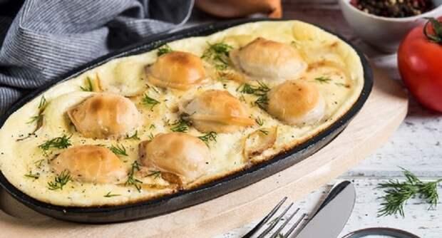 Румяные пельмени в духовке с сыром и майонезом: питательный обед за полчаса