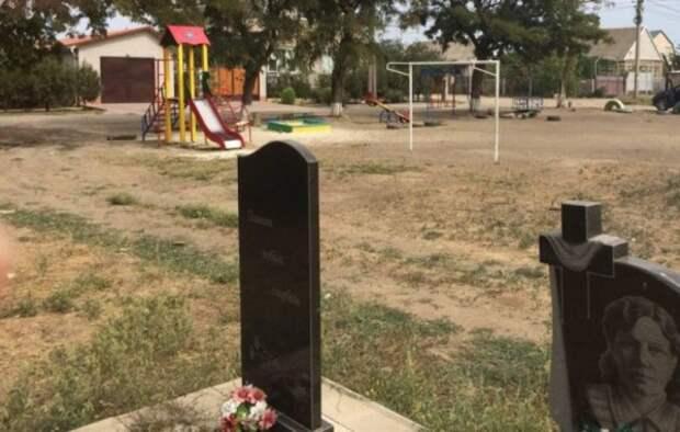 На Украине детскую площадку построили рядом с могилами (ТРЕШ ФОТО)