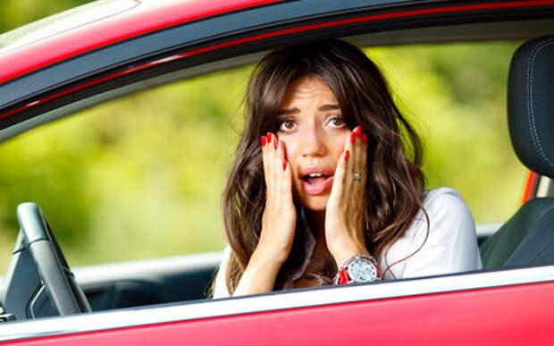 Дамочка перепутала педаль газа с тормозом. Экзамен закончился в кустах!