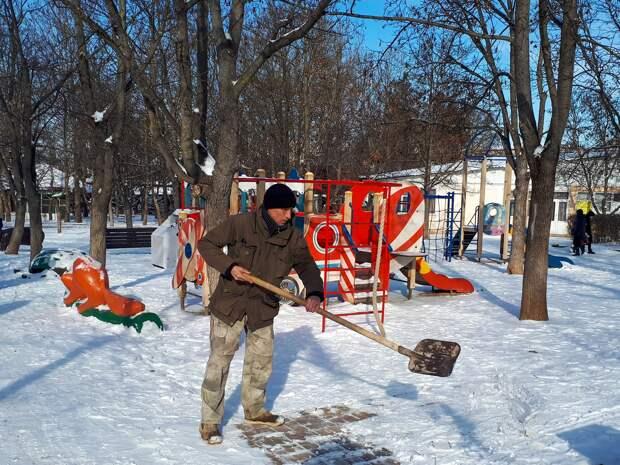 Симферопольские парки и скверы расчищают от снега