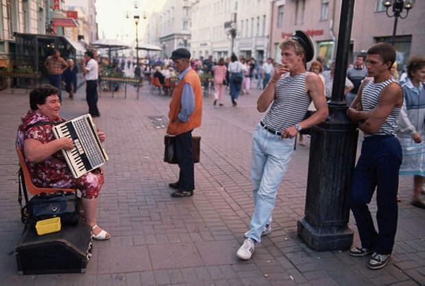 1991. Москва. Женщина играет на аккордеоне на популярной пешеходной улице Арбат