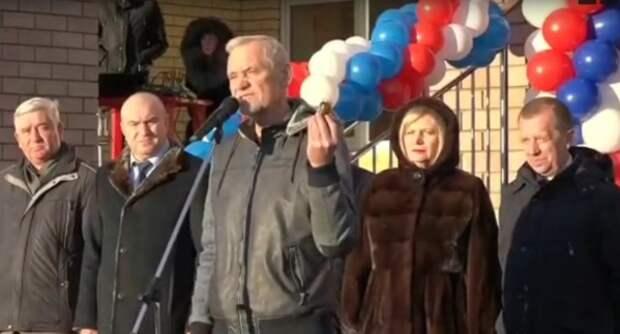 Чиновнику подарили вазелин перед приездом губернатора — видео